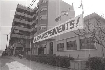 """Pancarta a Salt que recorda: """"Ja som independents"""" (04/03/1983) Autor: Dani Duch. Fons Dani Duch. INSPAI, Centre de la Imatge. Diputació de Girona."""