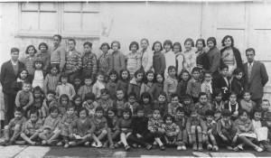 1933. Alumnes de l'Escola Racionalista de Salt. Situada al Centre Obrer de Cultura La Floreal, fins el 1936 fou l'única escola mixta de les comarques gironines. La seua proposta pedagògica era molt innovadora, atorgava autonomia als nens i els despertava la creativitat. A mà dreta, el mestre Sr. Expósito Duran, al costat de la seva esposa, i a mà esquerra, el mestre Sr. Roman. Autor desconegut. Fons Jaume Valls. Arxiu d'Imatges de l'Ajuntament de Salt.
