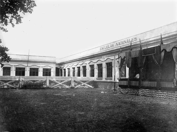 Edifici de les noves Escoles Nacionals Graduades de Salt, inaugurades el 1929, al costat de can Tarrés (actual Casa de Cultura Les Bernardes). Abans de la construcció d'aquest nou edifici escolar, l'escola de nois estava situada a les cases de cal Mut, a l'actual plaça de la Vila, mentre que la de noies era a can Palmada, al carrer Llarg, darrere de l'antiga seu del Consistori municipal. Fons Efados. Arxiu d'Imatges de l'Ajuntament de Salt. Descripció: ROS J. Salt. Recull gràfic 1880-1965. L'Abans, 2004