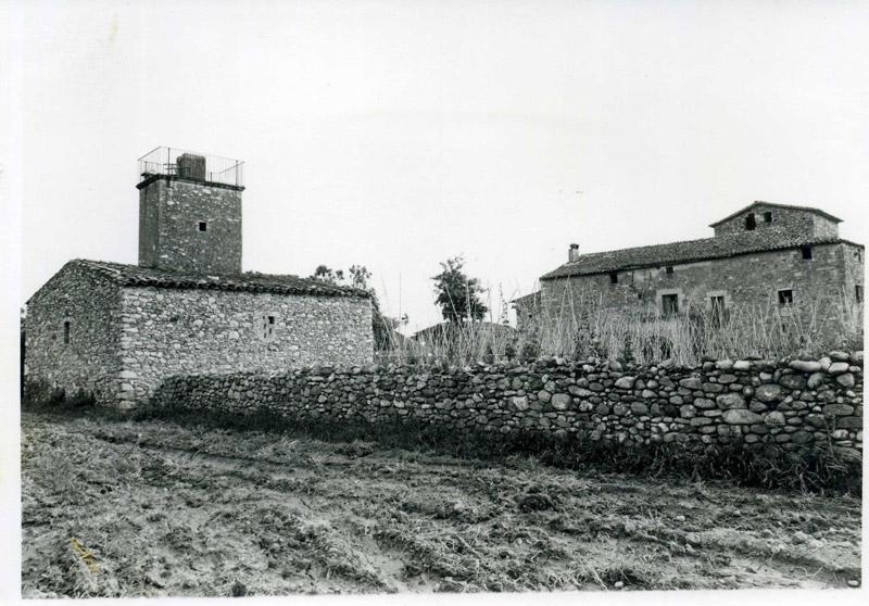 Clos de l' horta del Sitjar, amb la torre del molí de vent i la façana de llevant del Mas. Foto J.B. i T. agost de 1985
