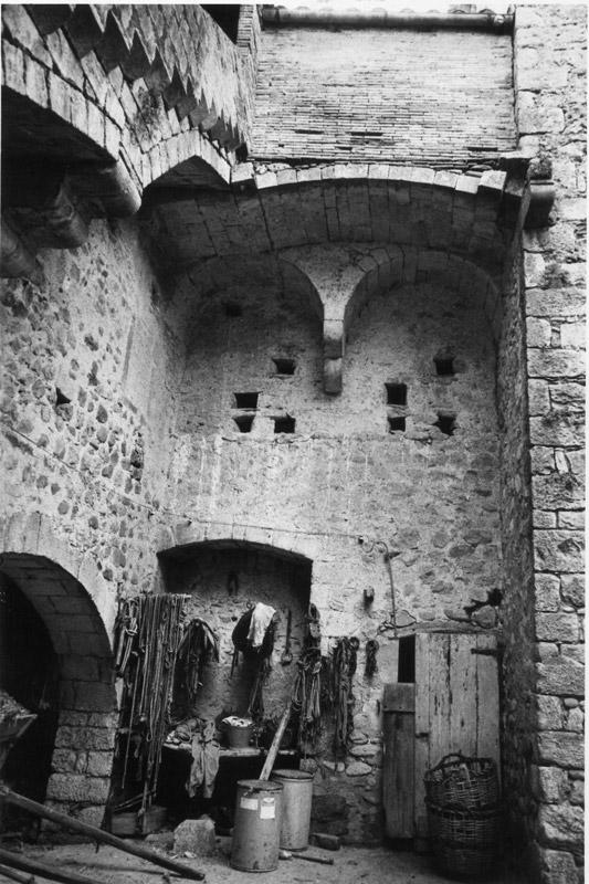 Façana interior del pati, entre la torre i l'escala d'accés. Foto de J.B. i T. agost de 1985